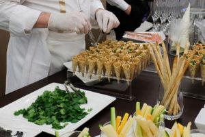 animation de buffet avec des cornets de légumes frais