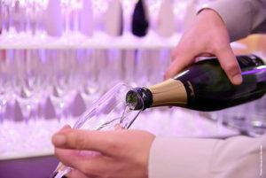 service d'un cocktail champagne