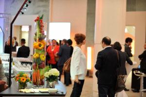 détail deco de notre buffet déjeunatoire : vases de légumes et fleurs fraîches