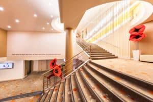 escalier qui mène au lobby et à l'accueil