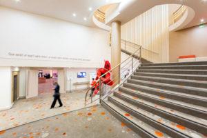 le grand escalier qui mène aux salles de réunions