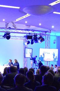 une lmocation de salle de conférence agencée avec un plateau caméra et retransmise sur internet
