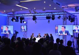 Salle de conférence agencée avec un plateau tv retransmise en streaming sur internet