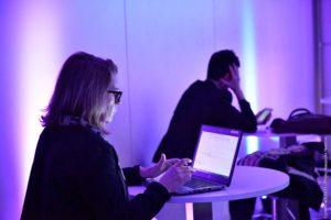 Notre connexion haut-débit permet dans nos salles de réunion permet des échanges plus participatifs grâce à nos applications mobiles