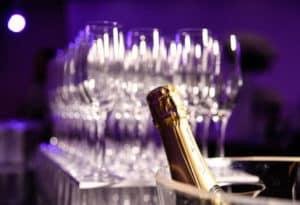 un cocktail champagne en soirée